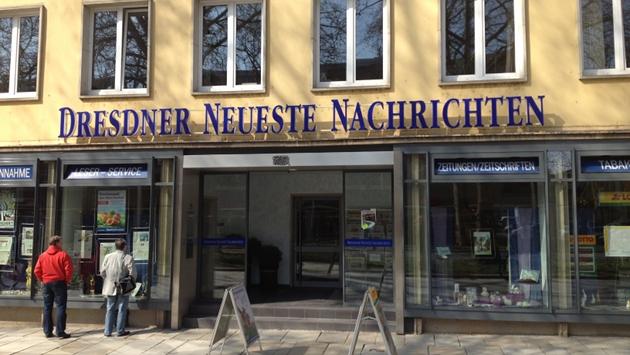 """Hängt vielleicht demnächst woanders: der """"DNN""""-Schriftzug in der Hauptstraße."""