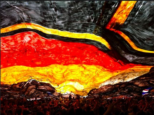 """Foto gefunden bei Facebook - dort lautet die BU: """"Unter der Choreofahne des K-Blocks beim heutigen Spiel der Dynamos gegen St. Pauli."""" Fotograf: Jens Hofmann aka brunoremix, Blog:"""