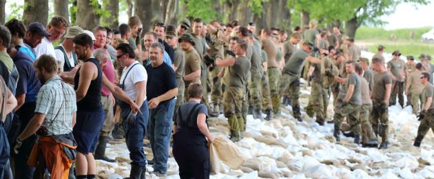 Viele Helfer beim Sandsack-Deichbau, Foto: Michael Oehring, SMI