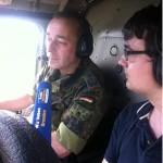 Mann mit Überblick: Reporter Andreas Szabo (r.) im Hubschrauber