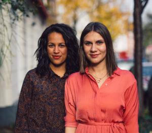 """Olivia Samnick (links) und Tatjana Anisimov reden in ihrem Podcast """"Und täglich grüßt…"""" mit Medienschaffenden über ihren Weg in die Branche und ihre persönliche Rolle. Foto: Privat"""